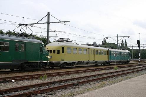 """Op 3 en 4 juli 2004 bracht de 252 een bezoek aan de materieelshow """"Roosendaal Spoort"""". Het treinstel oogt wat vreemd: één bak in de grondverf..."""