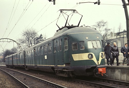 Treinstel 440, nog met middenbak, in de reizigersdienst als tr. 3730 te Hilversum Sportpark, 5 februari 1967 (foto: Th. Kok - verz. STIBANS)