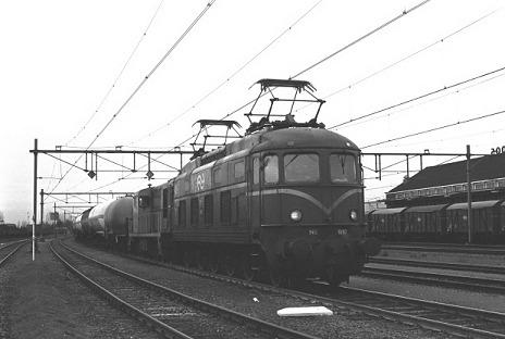 Locomotief 1010 in zijn nadagen voor een goederentrein in Goes, 11 december 1981 (Foto: STIBANS)