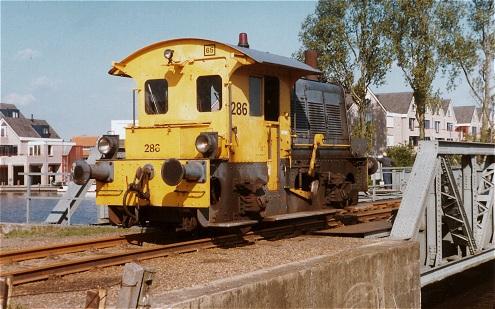De 286 was de laatste Sik op de Haarlemmermeerlijnen. Hier rijdt de machine over de Amstelbrug in Uithoorn. Het is kort voor het sluiten van het laatste stuk Haarlemmermeerlijnen: 16 mei 1986. Foto: Kees Mooij