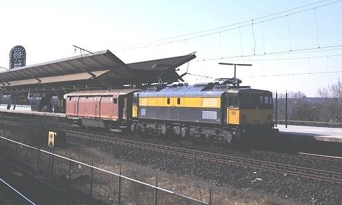 Loc 1501 brengt de ex-ongevallenwagen 30 84 975 1 507 (157 107) over van de Kijfhoek naar de Watergraafsmeer. Passage in Diemen Zuid, 16 maart 2003 (foto: STIBANS)