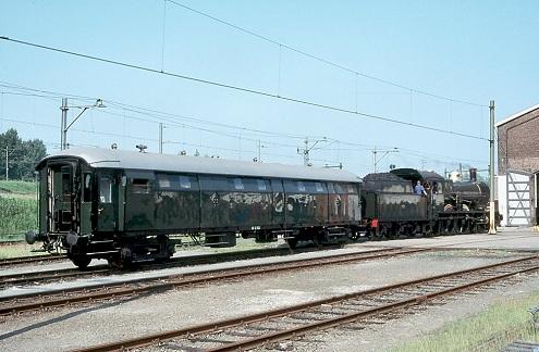 Rijtuig D 7521 met stoomloc 3737 in de HTMU te Utrecht, 31 mei 2003 (foto: Patrick Meeder)