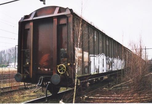 De SNAV-Hbis (01 84 225 2 551-1) zoals deze werd aangetroffen in Susteren, waar deze wagen terzijde gesteld wachtte op de sloop. Februari 2003 (foto: P.P de Winter)